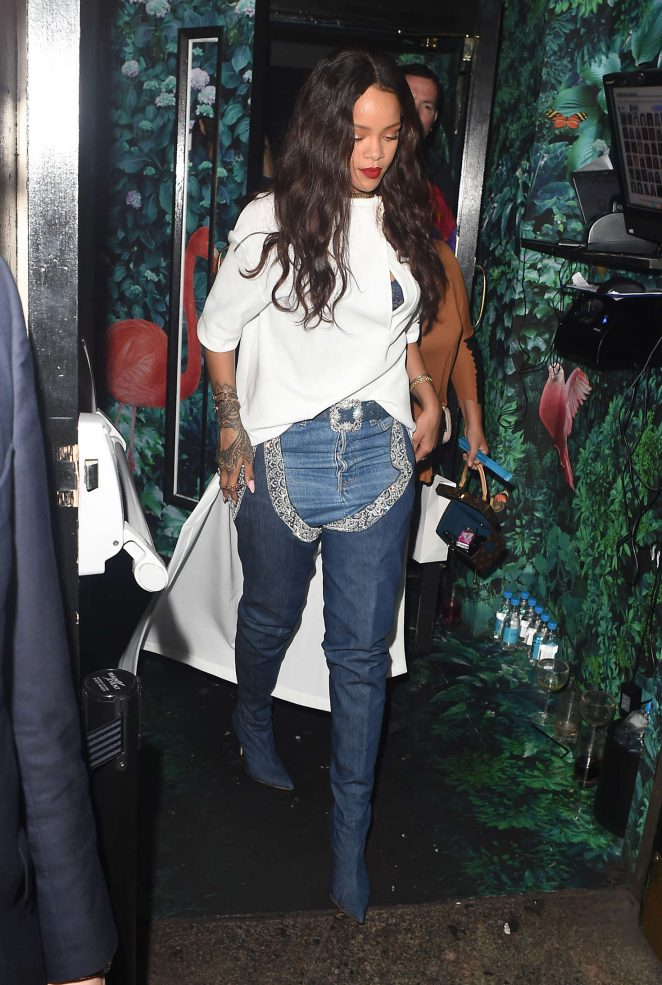 rihanna-in-jeans-manolo-esteban-cortazar