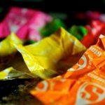 Vestido realizado con 10000 envoltorios de caramelos